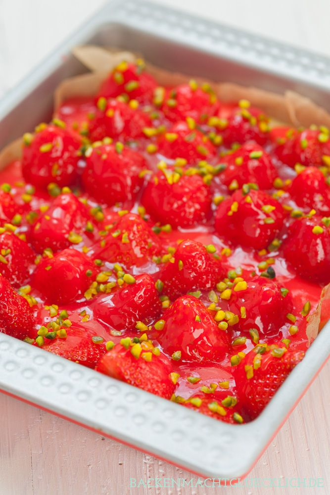 Einer der einfachsten und besten Erdbeerkuchen überhaupt - unter den Beeren stecken Rührteig und Vanillepudding