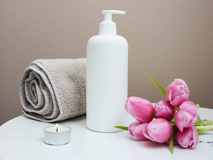 The key to taking care of your oily skin is in how you manage it. Here are five things that you need to keep in mind when taking care of oily skin. Spa Day At Home, Home Spa, Benefit Cosmetics, Makeup Cosmetics, Maybelline, Massage Pictures, Massage Images, Shampooing Sec, Spa Items