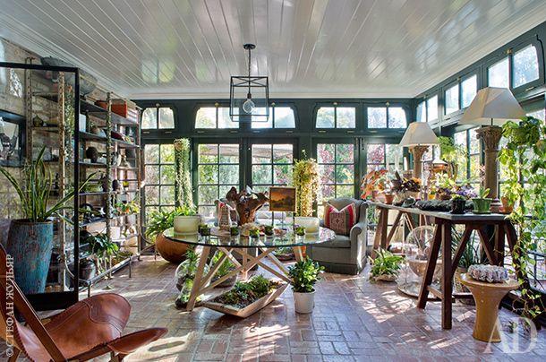 Террасу в доме устроил еще Пит Сампрас, перекрыв часть патио. Кресло, Ralph Lauren Home. Стеллажи справа и рабочий стол слева— антикварные. Стоящие на столе лампы сделала декоратор Мелинда Ритц.