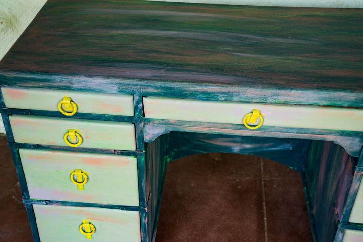 Peint de bureau, meubles, peinture de craie, peint Shabby Chic, affligé, bureau, mobilier de maison, bureau bois massif, acajou massif, Vintage par Missionmakeover sur Etsy https://www.etsy.com/fr/listing/260213640/peint-de-bureau-meubles-peinture-de