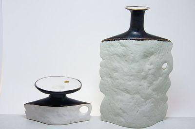 RETRO styl - Váza a svícen se strukturovaným povrchem a vrcní částí hnědě zabarvenou, autorská glazovaná keramika ze 70tých let, autorka návrhu Jitka Forejtová značeno Keramo Kostelec + F, svícen má původní nálepku. Dobrý stav bez poškození, rozměr - váza v. 27 x 16 x 9cm, svícen 15 x 11 x 10cm, pc 2400, eantik