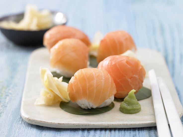 Die feinen Japan-Happen machen mächtig Eindruck und wenig Arbeit! Sushi-Bällchen - mit Räucherlachs - smarter - Kalorien: 212 Kcal - Zeit: 30 Min. | eatsmarter.de