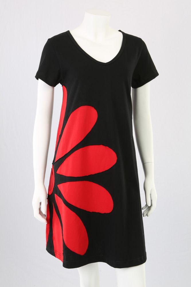 Sort A-kjole med rød blomst.