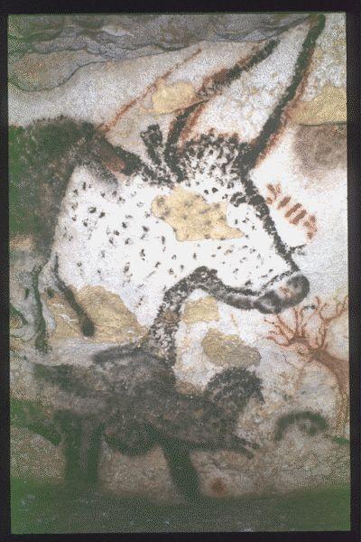 MONTIGNAC (Dordogne, 24). Grotte de Lascaux. Bilan des études. Récapitulation. Légende : Salle des taureaux, paroi gauche (nord) : avant-train d'un grand aurochs présumé femelle dont le pelage est indiqué par de petites taches noires. Un cheval noir, de profil droit, est peint sur son flanc. Sous son poitrail, un autre petit cheval noir de profil droit face auquel un cervidé rouge aux ramures très développées est figuré.