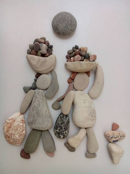 Nizar Ali Badr est un sculpteur syrien qui réalise des arrangements de cailloux en petite scénette. Plus