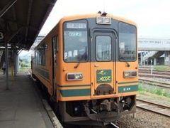 青森県の津軽鉄道はストーブ列車が有名なんですが実は花見にもピッタリ 津軽鉄道の桜名所といえば芦野公園駅 春になると1500本の桜があたり一面に咲き誇ります 芦野公園駅で下車して散策するのもオススメ tags[青森県]