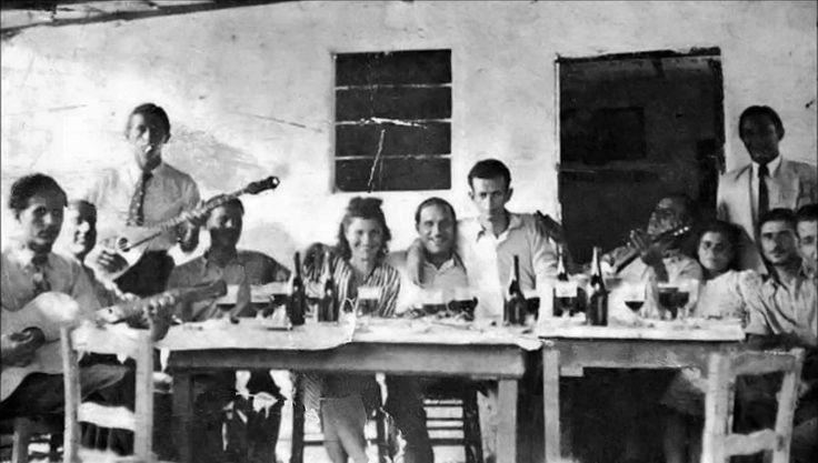 Ο Τσιτσάνης με την παρέα του, στο Ασβεστοχώρι το 1940. Αριστερά, ο Τσανάκας, δυο φίλοι, όρθιος ο Καλδάρας, στο κέντρο η Ζωή Τσιτσάνη, ο μαγαζάτορας αγκαλιά με τον Τσιτσάνη, δεξιά ο Στράτος, η γυναίκα του και τρεις φίλοι.