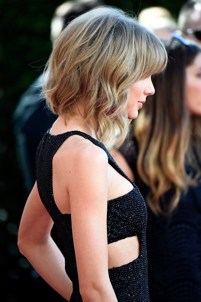 Here's Taylor Swift's lob from the side! Her mullet lob (mob) is the perfect short hairstyle for all hair types and textures.