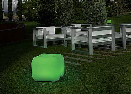 A LEDS-C4 ROCK lámpája kellemes hangulatot kölcsönöz a kertbe. Választható a szívárvány minden színében, köszönhetően a LED RGB-nek. Ha többet veszünk ebből a lámpából egyetlen távirányítóan egyszerűen állíthatjuk mindnek a színét.