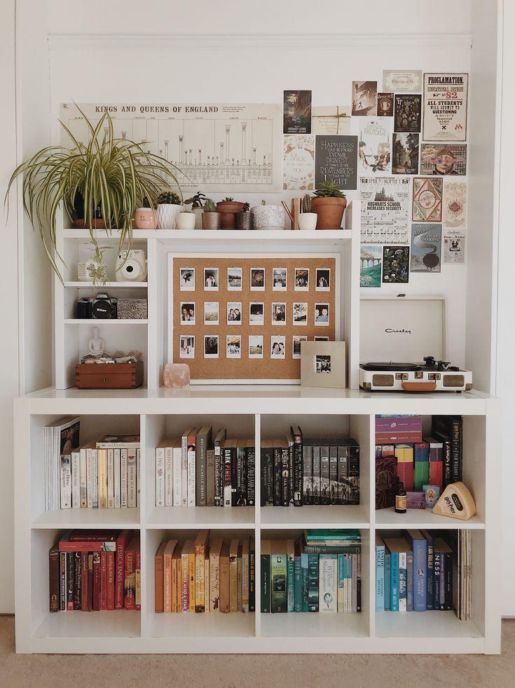 Ich sehe meine zwei Lieblingsbücher in diesem Regal und es macht mich glücklich
