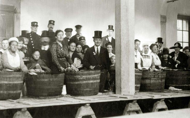 Kuipen met haring staan klaar om uitgedeeld te worden bij de 3 oktoberfeesten ter herdenking van Leidens Ontzet, Leiden Nederland, 3 oktober 1919.