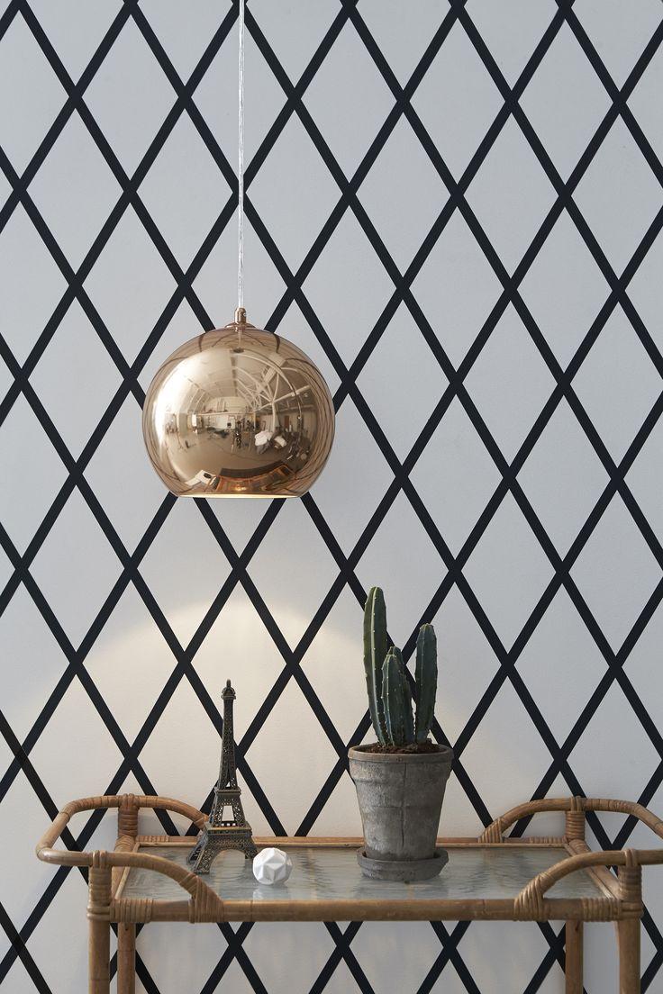 Taklampa Avalon från Markslöjd. Guldfärgad glasskärm med detaljer i metall. 1,2m sladd med takkåpa för krokupphäng. Takkontakt klass 1 (Jordad) medföljer. Stor (E27) lamphållare för max 40W glödljus eller motsvarande styrka i halogen, lågenergi eller LED. #markslöjd #light #lampa #livingroom #ceilinglight #taklampa #copper #koppar