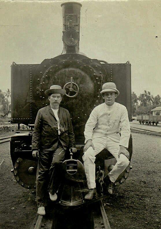 De heer Hubregtse (rechts) en een Europeaan voor een locomotief in Atjeh. circa 1900