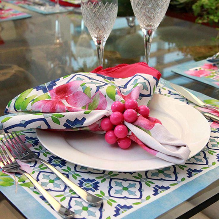 Guardanapo Bougainville #tablescapes #décor #colors #kitchen #dinner #mediterranean #blue #white #pink #green #napkin #flowers
