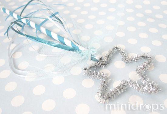 Benötigt werden: ✓ Pfeifenputzer ✓ Papierstrohhalm ✓ evtl. Bänder, Tüll oder andere Verzierungen ✓ Seifenblasenlauge Der Pfeifenputzer kann in jede beliebige Form gebogen werd...