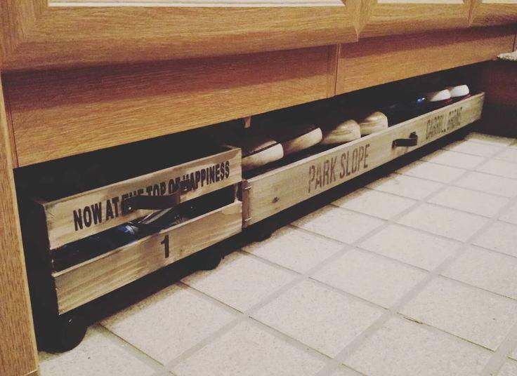 長男まさかの高熱w 39.6℃ 病院に行くもインフルエンザの検査まだ出来ず(T_T) なので引きこもり 家にあるもの #すのこ と #ウッディスクエアBOX で 埃だらけの玄関の下駄箱下のスペースをプチDIY 子供たちの汚い靴は隠しちゃおう! セリアのBOXには子供たちの外での遊び道具を収納(^-^) キャスター付けたから掃除も楽! 玄関スペースが広くなったわ~  #インフルエンザか?#玄関  #下駄箱#下駄箱下#デッドスペース#隠して掃除も楽 #幼稚園児も使えるキャスターでゴロゴロ#すのこ#100均#セリア #ウッディスクエアBOX #ステンシル#収納#遊び道具入れ #and_a_plus