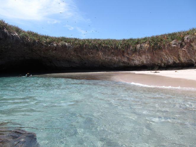 Contemplando este cenário paradisíaco, a praia de água azul-turquesa e areia branca dá um charme ainda mais especial ao local