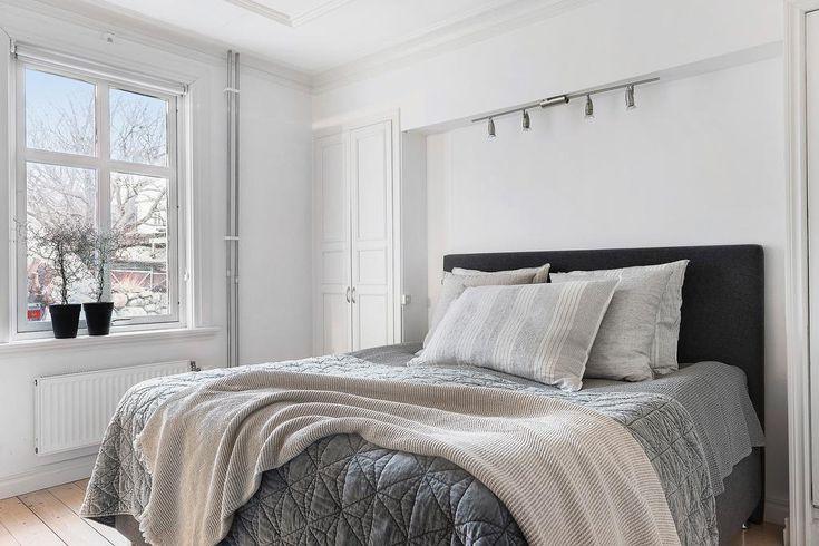Stort sovrum med vackert ljusflöde och plats för dubbelsäng mellan de två inbyggda garderoberna.