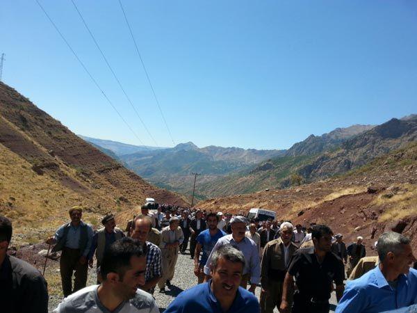 Hakkarililer Köprüyü Uçuran PKKyı Protesto Ettiler  Hakkarinin Şemdinli ilçesinde yaşayan köylüler PKKnın köprüleri kullanılmaz hale getirmesine baz istasyonlarına saldırmalarına isyan etti.    Hakkarinin Şemdinli İlçesi Konur Vadisinde yer alan Mehendi-1 köprüsünün PKKlı teröristler tarafından patlayıcılarla kullanılamaz hale getirilmesine bölgede bulunan köylerde yaşayanlar tepki gösterdi. Ulaşımlarının kesildiğini söyleyen yaklaşık 400 köylü köprünün bulunduğu bölgede protesto yürüyüşü…