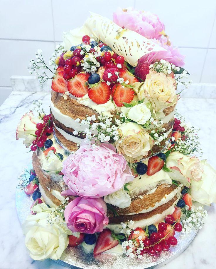 En av dagens bröllopstårtor#sockermajas #bröllop #nakedcake #passionsfruktsmousse #vitchokladmousse #rustikt #romantiskt #lantligt #färskabär #sommar #sockermajas #weddingcake #bröllopstårta