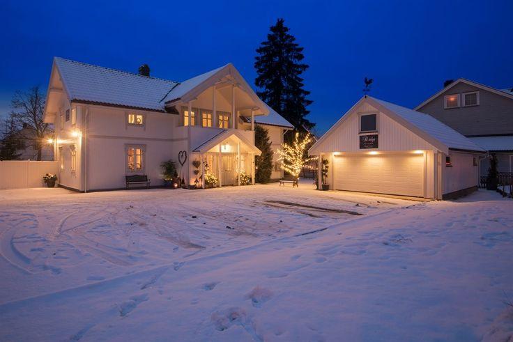 FINN – Ask / Gjerdrum - Flott sveitservilla med dobbelgarasje og anneks. Stor tomt på 1422 kvm og parkmessig opparbeidet hage.