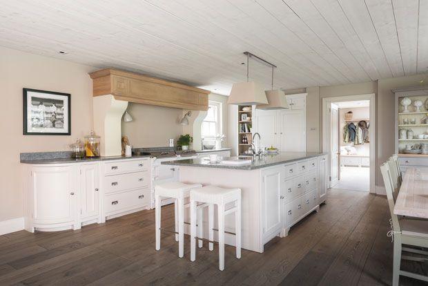 Neptune Home #Traditioneel #handgemaakte #keukens De #keuken is het hart van het huis en dé plek waar mensen samenkomen en warmte vinden. #Neptune Home creëert robuuste handgemaakte keukens in een Engelse #country #chique sfeer, voorzien van een eigentijdse twist. De keukens van het Britse #design en lifestyle merk worden met oude ambachtstechnieken vervaardigd uit massief hout. - Meer informatie over keukens? http://www.wonenwonen.nl/design-keukens/neptune-home/8422