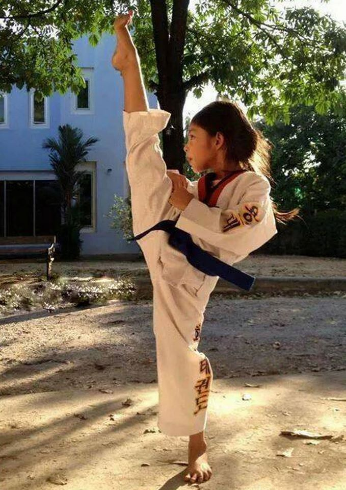 Awesome foot position and flexibility. This is the way kicks should be done.