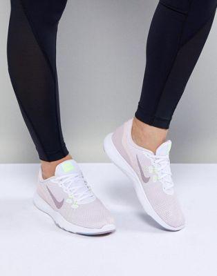 01f84c988607c Compra Zapatillas de deporte en blanco y rosa Flex 7 de Nike Training en  ASOS.