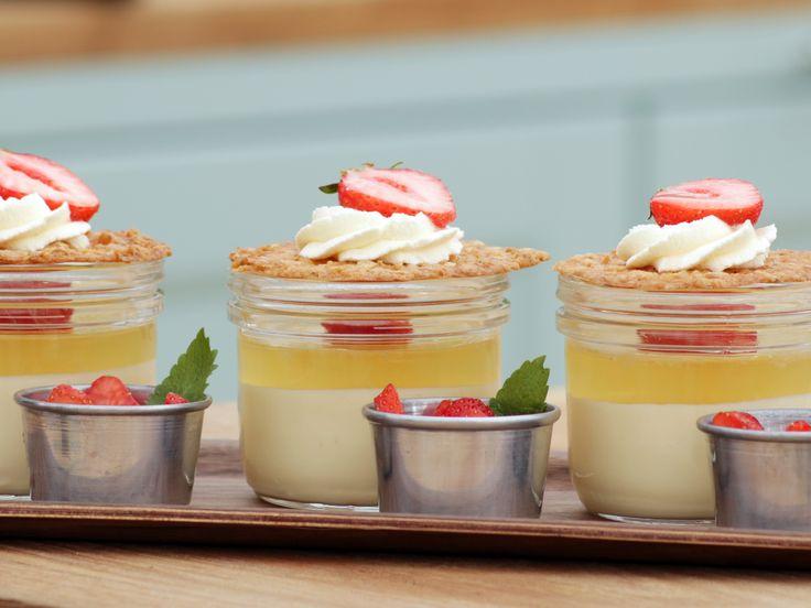Fläderbonanza med mousserande jordgubbar och spröda havreflarn | Recept från Köket.se