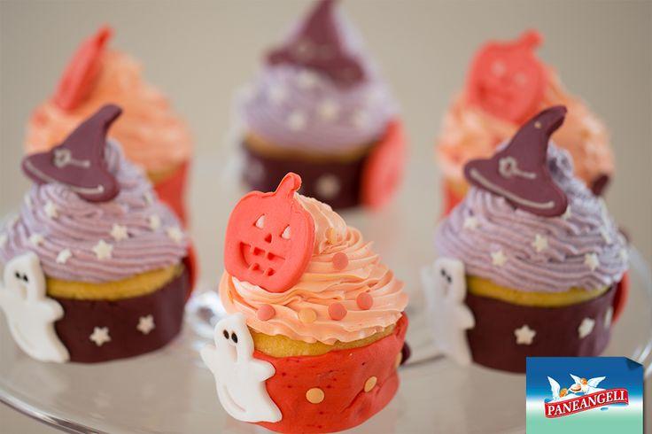 Cupcake di Halloween con frosting colorato e pasta di zucchero