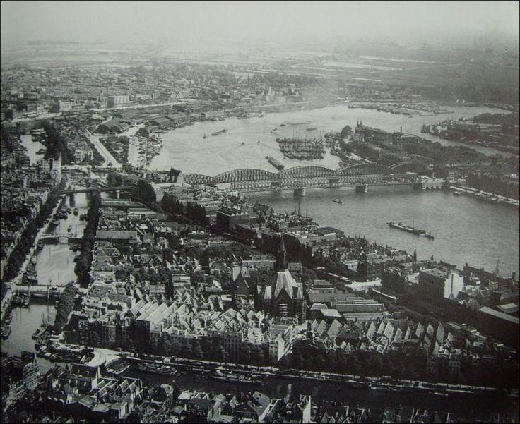 Het vooroorlogse Leuvehavenkwartier met de Wijnhaven, de uit 1849 daterende Zuiderkerk aan de Glashaven en de Maasbruggen op de achtergrond.