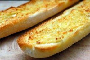 Knoflookbrood. Meng 5 eetlepels olijfolie met 4 teentjes knoflook en wat zout. Smeer (afbak) stokbroodjes mee in en even in oven, daarna nog even onder grill. Lekker bij soep, borrel etc.