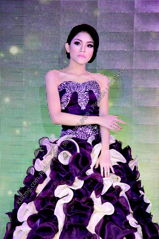 Peragaan Busana Gaun Pengantin Warna Warni pada Wedding Expo 2015 di Banyumas - 2 | Foto oleh KLIKMG Fotografer Indonesia