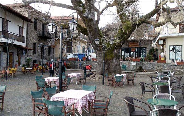 Παρνασσός: Χιονισμένα χωριά και ωραίες διαδρομές Η πλατεία της Τιθορέας