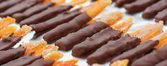 ΥΛΙΚΑ 2 μεγάλα, ωραία πορτοκάλια Μέρλιν, 2 φλ. ζάχαρη, 1 ½ φλ. νερό, 150 γρ. σοκολάτα κουβερτούρα σε κομματάκια, 3 κουταλιές κρέμα γάλακτος.  ΕΚΤΕΛΕΣΗ Κόβετε από ένα φετάκι πάχους ... Read More