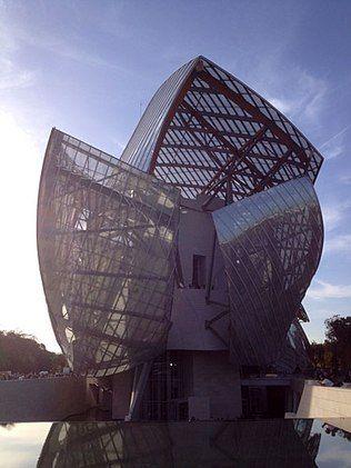(PARIS) Fundação Louis Vuitton - Inaugurado em Paris em 2014 este museu-escultura, projetado no Bois de Boulogne pelo arquiteto Frank Gehry (que também assina o Guggenheim de Bilbao), já é uma atração em si pela novidade. Construído para abrigar parte da coleção particular Bernard Arnault, dono do conglomerado de luxo LVMH, recebe ainda mostras de artistas contemporâneos. Aproveite o restaurante interno para fazer uma pausa e observar um pouco mais a arquitetura.
