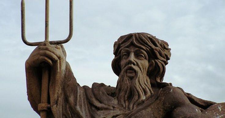 Características de Poseidon, deus do mar. Como com muitos deuses gregos, o imortal Poseidon aparece na mitologia como uma figura importante, heroica, salpicada, como os humanos, com falhas. Filho de Cronos e Reia, Poseidon pertencia a uma família influente junto com os irmãos Zeus, Hades, Héstia, Deméter e Hera. Quando ele assumiu a posição de poderoso deus do mar, demonstrou como suas ...