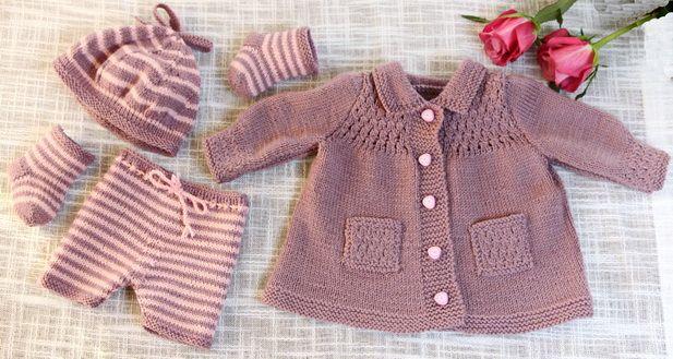 Eine noble und fabelhafte kleine Dame in flieder Design: Målfrid Gausel http://www.doll-knitting-patterns.com/0109D-strickanleitungen-fur-puppen.html