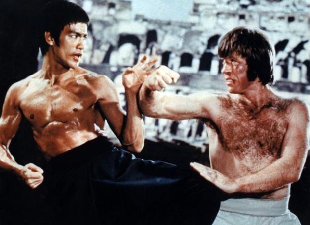 En 1962, durante una pelea disputada en Seattle, Bruce Lee derribó a Chuck Norris en 11 segundos, durante los cuales le propinó 15 golpes, un detalle que sólo pudo ser verificado más tarde, reproduciendo la grabación del combate en cámara lenta.