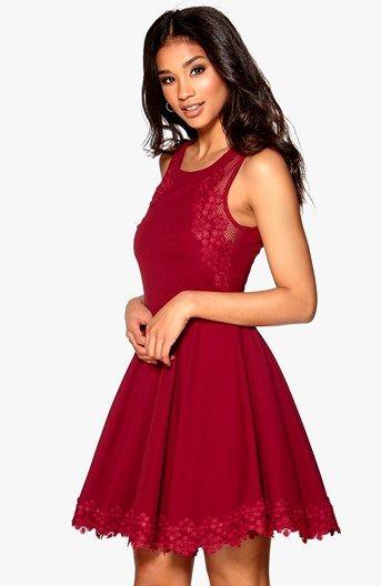 Krásne šaty s rozšírenou sukňou od značky Model Behaviour. Detaily z čipky a sieťoviny a skryté zapínanie na zips v strede zadného dielu. Dĺžka od pliec 87 cm, obvod pása 67 cm vo veľ. S. Modelka na obrázku má výšku 175 cm a oblečenú veľkosť XS.