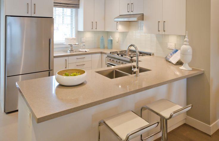 Kuchyně Cindy 248 DM Bílá kuchyně v hedvábně matném provedení v kombinaci s béžovým odstínem působí velmi decentně. Pracovní deska z umělého kamene Corian dodává klasické kuchyni exkluzivní vzhled. Je bez jakýchkoli spojů a je vhodným materiálem do členitého prostoru.  #kitchen #kuchyne #modernikuchyne #kuchynedotvaruu #kuchynskelinky #gorenje #modernibyldeni