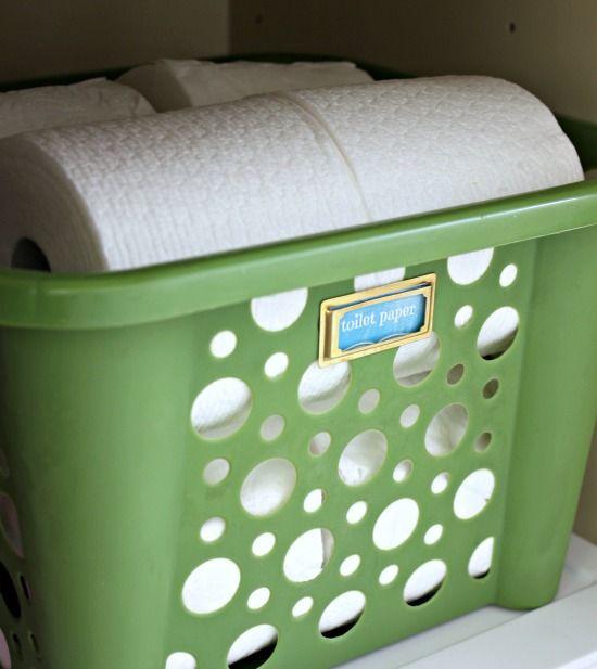 Organisera badrummet. Förvara toalettpapper i snygga plastkorgar.