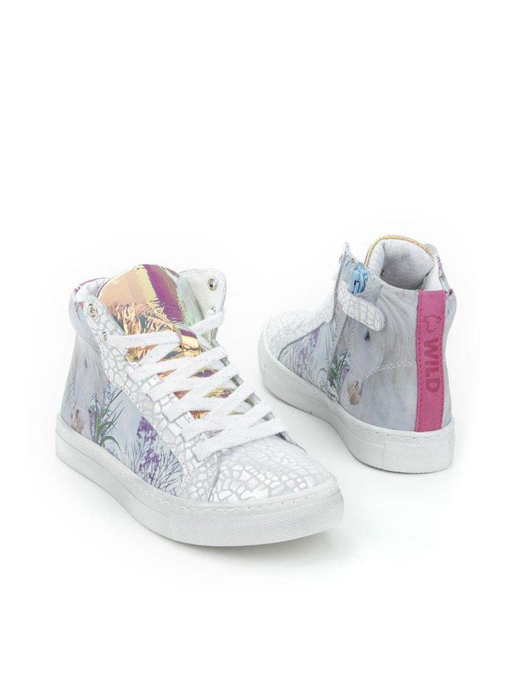 Wild sneaker  Description: Zilverkleurige half hoge sneakers van Wild met print. Deze meisjesschoenen zijn gemaakt van leer en hebben een kunststof zool. De schoenen hebben zowel een veter- als een ritssluiting.  Price: 79.99  Meer informatie