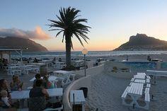 Kapstadt mit Kindern - ein Geheimtipp ist das DUNES am HOUT BAY Strand. Eine der coolsten Beachbars für Familien, denn neben der Traumlage gibts nen super Spielplat