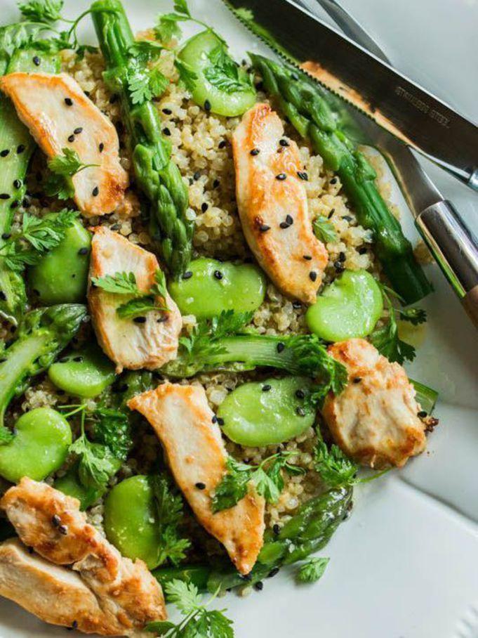 Salade quinoa et poulet : Cuire du quinoa et, en même temps, des filets de blanc de poulet à la poêle. Mélangez-les et ajoutez des asperges et des fèves cuites à la poêle. Assaisonner :1/2 cuil à café wazabi + huile d'olive + vinaigre balsamique + poivre.