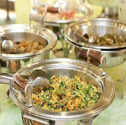 長寿の源、沖縄料理を召し上がれ。