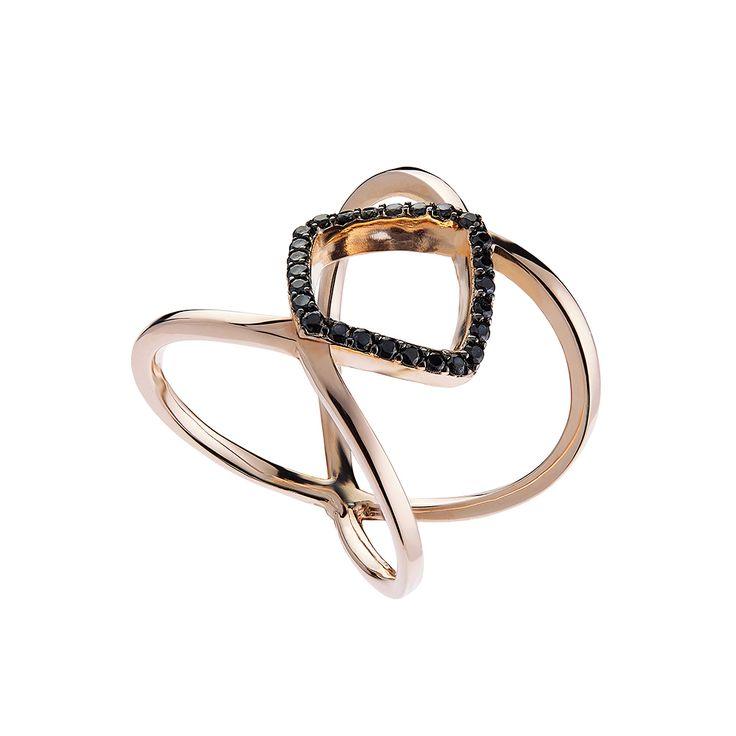 Δαχτυλίδι OXETTE, σε λεπτές γραμμές, απεικονίζει στις δύο άκρες του ένα στοιχείο σε σχήμα μπάρας & ένα σε σχήμα ρόμβου, διακοσμημένα με εντυπωσιακά μαύρα cz
