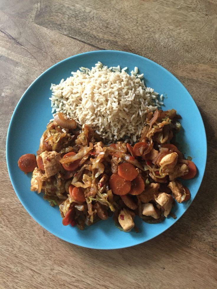Roergebakken spitskool (met toevoeging van kipfilet en bruine rijst)  Recept: www.weightwatchers.be