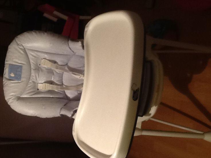 Chaise haute qui peut se plier pour faciliter transport et rangement. Location Chaise haute pliante Lomme (59160)