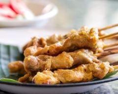 brochettes de porc satay à la banane : http://www.cuisineaz.com/recettes/brochettes-de-porc-satay-a-la-banane-85376.aspx